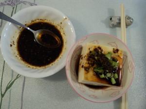 涼拌豆腐配麻辣醬汁